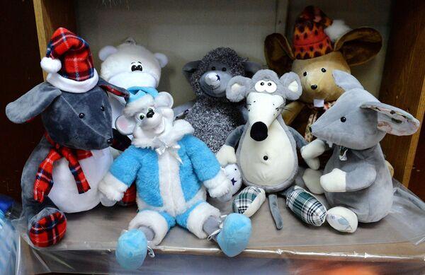 Готовые новогодние игрушки, сделанные по классическим технологиям, на фабрике Бирюсинка в Красноярске