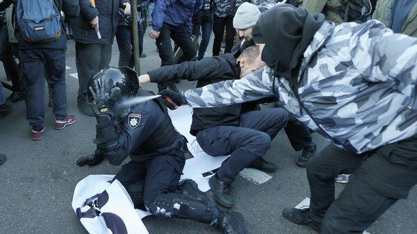 Столкновения протестующих с полицией у здания Верховной рады Украины в Киеве. 17 декабря 2019
