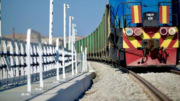 Рабочий поезд обкатывает рельсы на железнодорожной части Крымского моста