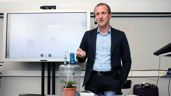 Алексей Овчинников выступает на международной конференции Тенденции  STEAM образования в Москве