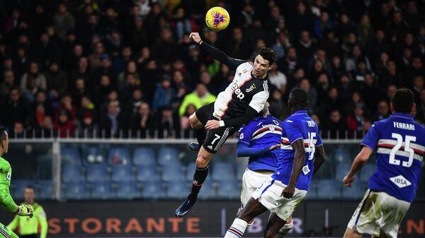 Нападающий Ювентуса Криштиану Роналду в матче с Сампдорией.