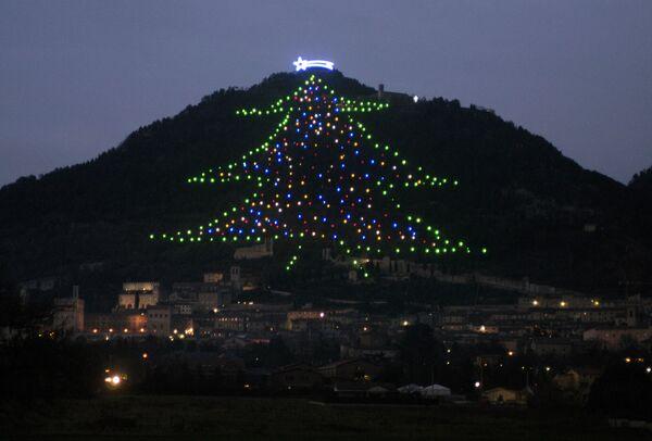 Гирлянды в виде елки на горе в Италии