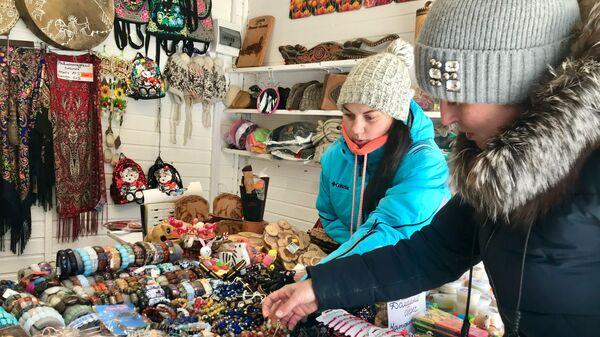 Торговля сувенирами на ярмарке во всесезонном курорте Манжерок республика Алтай