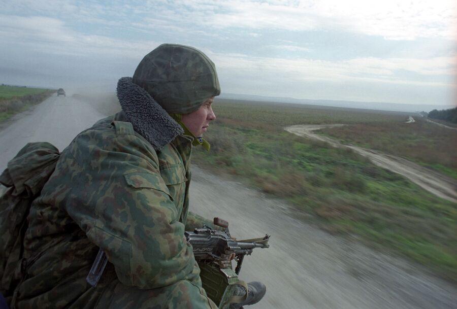 Солдат группировки Федеральных сил на Северном Кавказе на позиции в районе села Толстой-Юрт