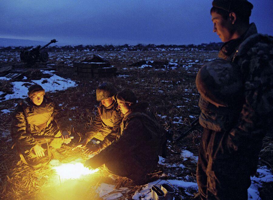 Бойцы артиллерийской батареи группировки Федеральных сил на Северном Кавказе во время отдыха после ночных стрельб в окрестностях Гудермеса