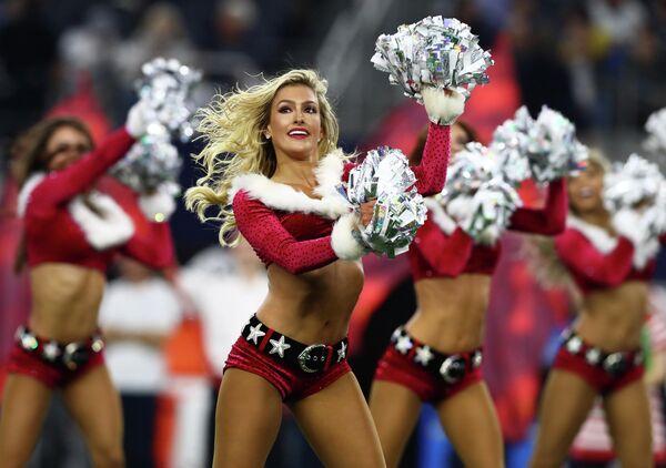 Чирлидеры команды Dallas Cowboys выступают в новогодних костюмах