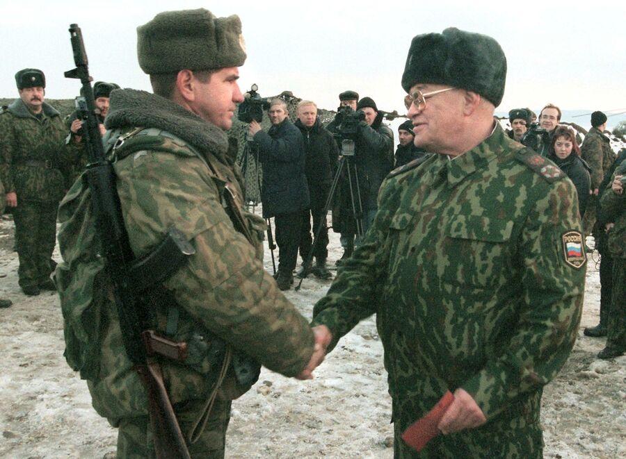 Министр обороны России Игорь Сергеев пожимает руку неизвестному солдату 02 февраля 2000 года во время церемонии награждения в Ханкале