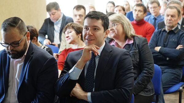 Губернатор Калининградской области Антон Алиханов смотрит трансляцию пресс-конференции президента РФ Владимира Путина