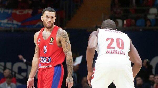 Баскетболист ЦСКА Майк Джеймс (слева)