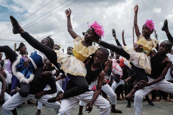 Участники Проект Элиму выступают во время презентации в трущобах Кибера в Найроби, Кения