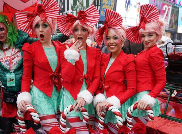 Участницы ежегодного SantaCon на площади отца Даффи, Таймс-сквер. 14 декабря 2019 года