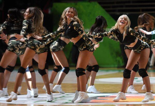 Девушки из группы поддержки выступают в перерыве матча группового тура Кубка Европы по баскетболу