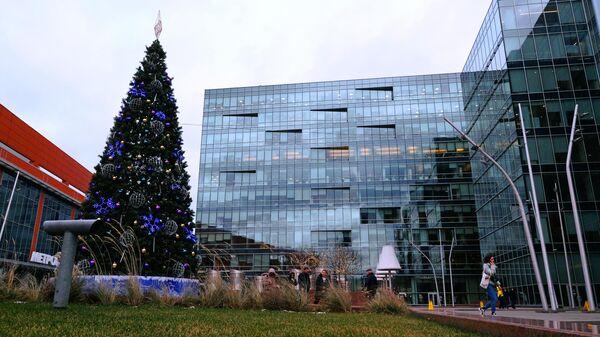 Новогодняя елка у торгового центра Метрополис в Москве