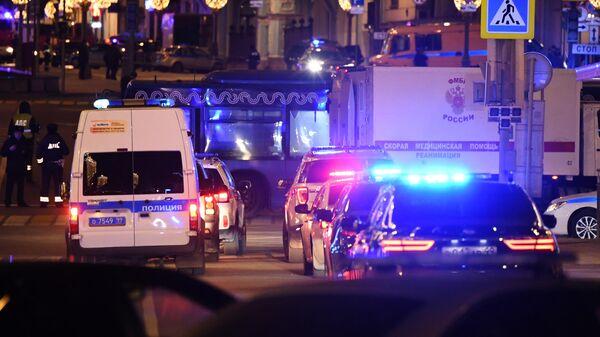 Автомобили полиции недалеко от здания ФСБ на Лубянской площади в Москве, где произошла стрельба