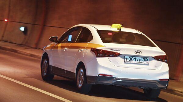 Автомобиль такси едет в тоннеле