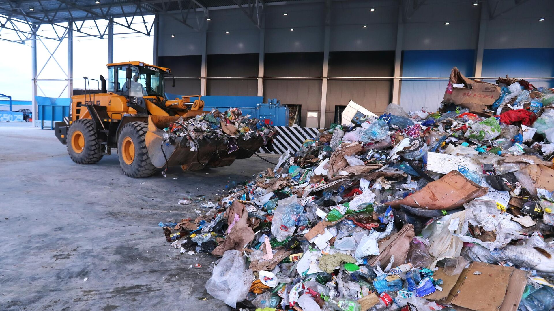 Экскаватор-погрузчик на территории комплекса по переработке отходов Восток в Московской области - РИА Новости, 1920, 06.09.2021