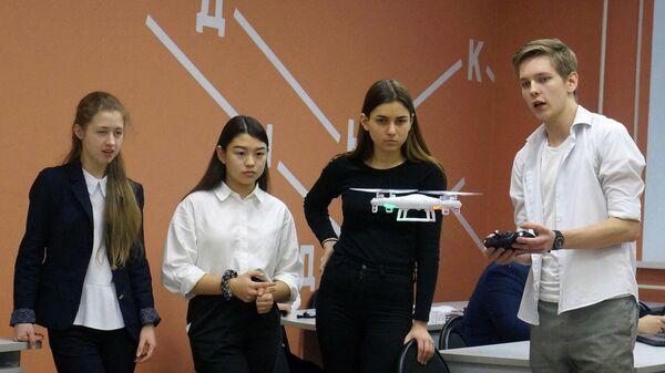 Дети запускают квадрокоптер на занятии в Доме научной коллаборации (ДНК)