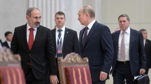 Президент РФ Владимир Путин и премьер-министр Армении Никол Пашинян перед началом заседания Высшего евразийского экономического совета