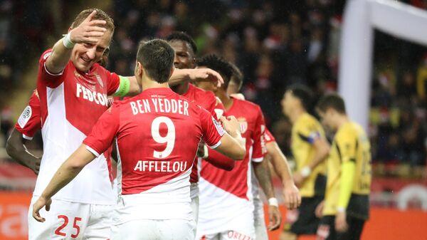 Футболисты Монако радуются забитому голу