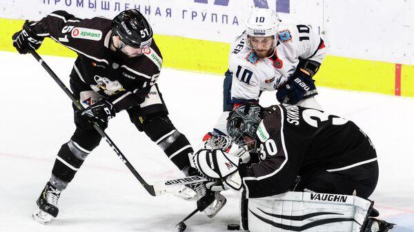 Хоккеист челябинского Трактора Есси Виртанен (№51) в игровом моменте