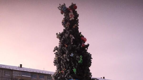 Новогодняя ель в поселке Заполярный