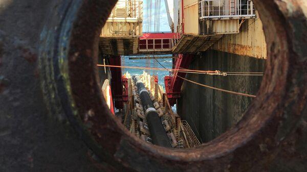 Глубоководное судно-трубоукладчик Allseas Solitaire прокладывает трубы для газопровода Nord Stream 2 в Балтийском море