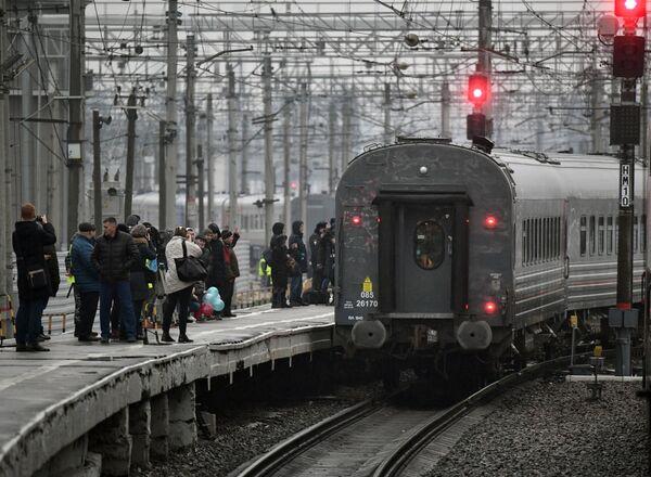 Первый именной состав Таврия во время отправления от перрона на Московского вокзала из Санкт-Петербурга в Севастополь
