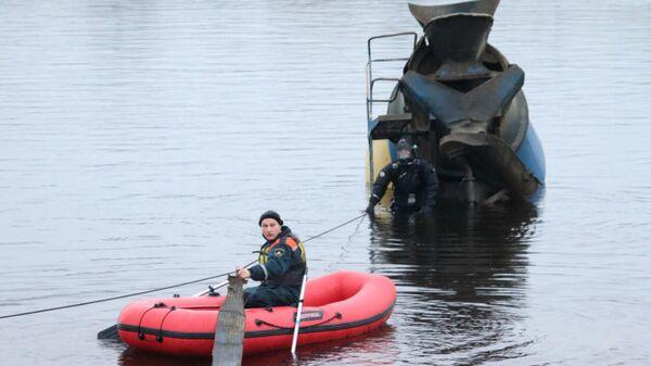 Бетоновоз, упавший в Неву в Санкт-Петербурге