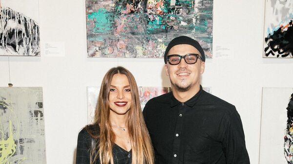 Музыкант Антон Беляев с женой Юлией на персональной выставке Faces Игната Кравцова в галерее Who I Am