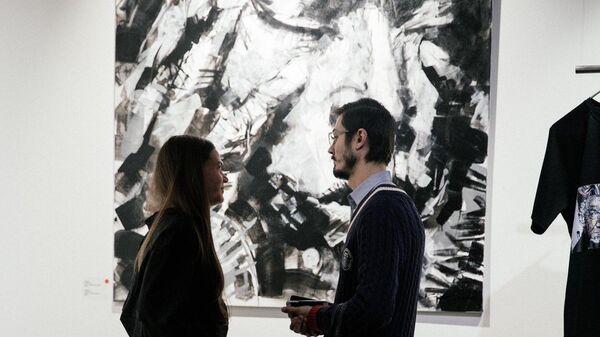 Посетители на выставке Faces Игната Кравцова в галерее Who I Am