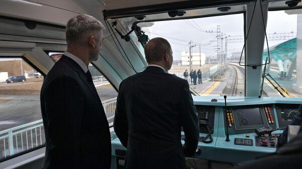 Президент РФ Владимир Путин в кабине машиниста рельсового автобуса, который отправляется в первый рейс по железной дороге Крымского моста