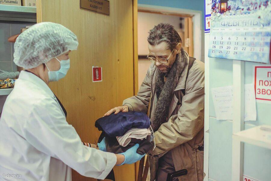 Передача вещей бездомному человеку