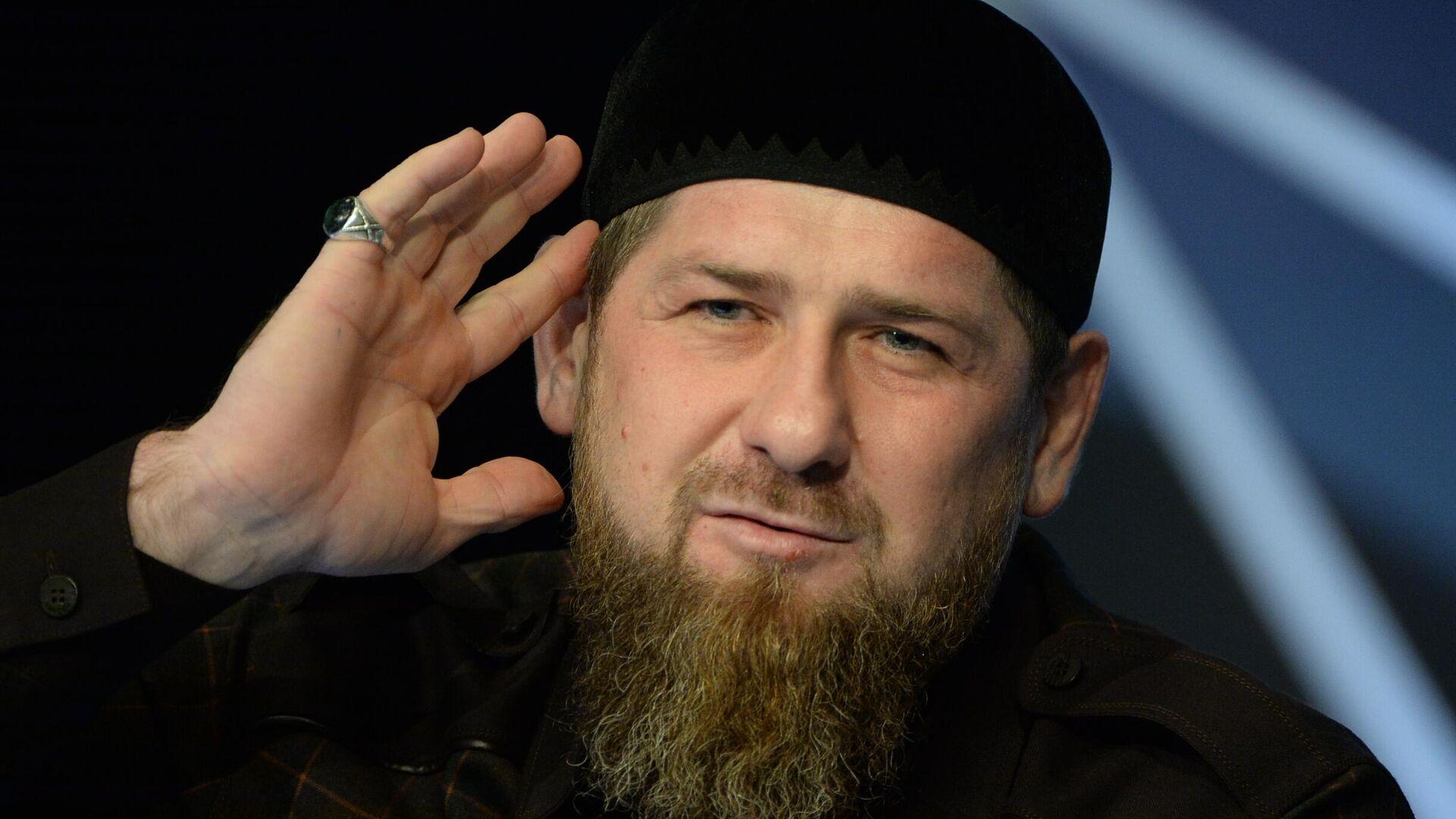 Глава Чеченской Республики Рамзан Кадыров на пресс-конференции в студии телеканала Грозный - РИА Новости, 1920, 18.03.2021