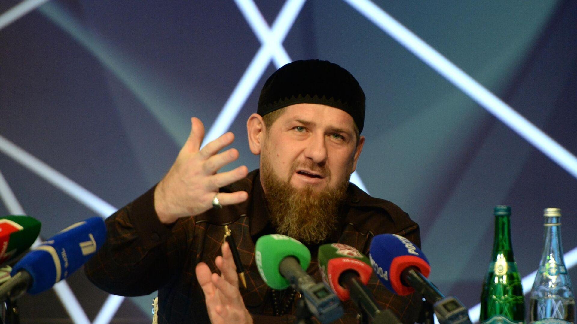 Глава Чеченской Республики Рамзан Кадыров на пресс-конференции в студии телеканала Грозный - РИА Новости, 1920, 24.12.2019