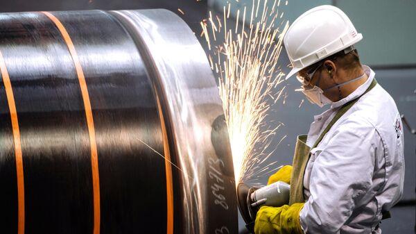 Сотрудник Челябинского трубопрокатного завода в цехе Высота 239