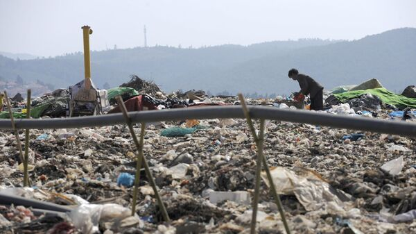 Трубы для сбора биогаза на мусорной свалке в Китае