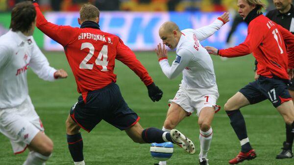 Футболисты Василий Березуцкий (слева), Денис Бояринцев (в центре) и Милош Красич во время матча за Суперкубок России
