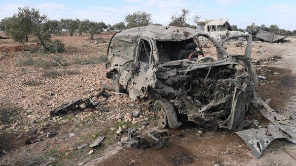 Обстрелянный автомобиль на дороге в город Джарджаназ в сирийской провинции Идлиб