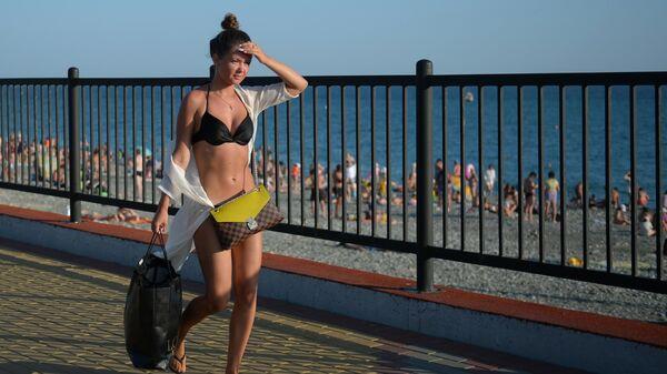 Девушка на набережной в Сочи