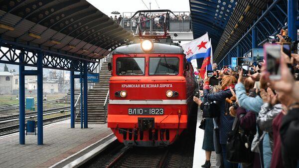 Поезд Таврия, следующий по маршруту Санкт-Петербург - Севастополь, пребывает на станцию Севастополь