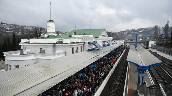 Встречающие ждут прибытия поезда Таврия, следующего по маршруту Санкт-Петербург - Севастополь, на перроне вокзала в Севастополе. 25 декабря 2019