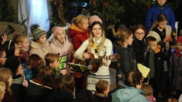 Группа певчих во время рождественской мессы в римско-католическом соборе Святого Адальберта в Калининграде
