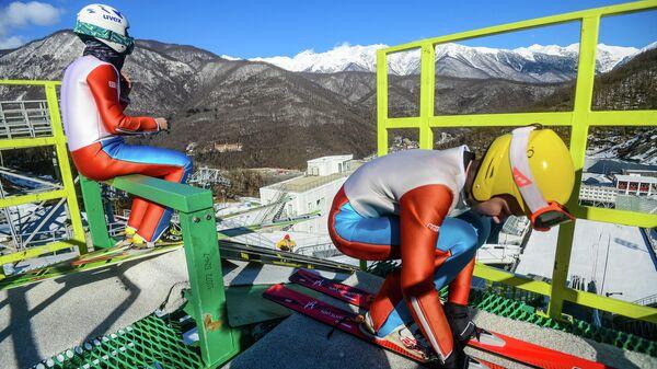 Спортсмены тренируются на территории комплекса трамплинов Русские горки в Сочи