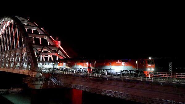 Поезд Таврия, следующий по маршруту Санкт-Петербург - Севастополь на Крымском мосту