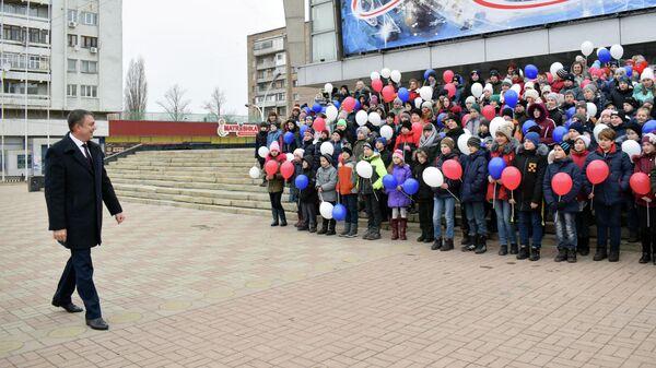 Глава ЛНР Леонид Пасечник во время встречи с детьми, живущими у линии соприкосновения, приглашенных на главную елку республики.