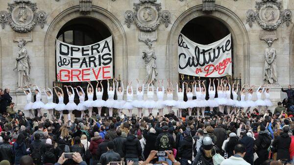 Балерины станцевали Лебединое озеро против пенсионной реформы, Париж