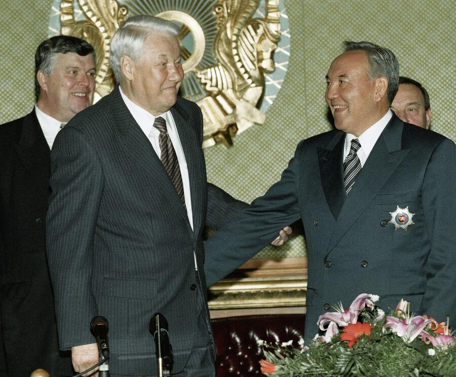 Президент РФ Борис Ельцин (2 слева) и Президент Казахстана Нурсултан Назарбаев (справа) во время встречи.