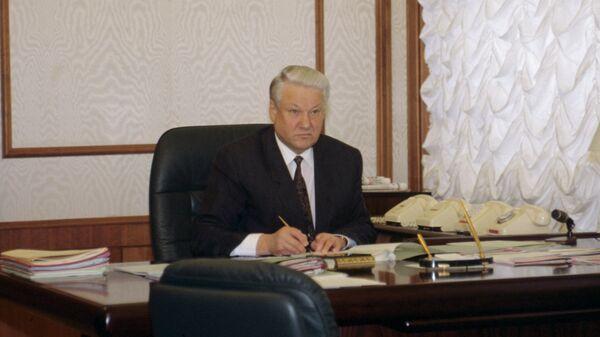 Президент РФ Борис Николаевич Ельцин в своем рабочем кабинете