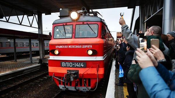 Встречающие на перроне вокзала в Симферополе, куда прибыл фирменный двухэтажный поезд Таврия (№27), проследовавший по маршруту Москва - Симферополь