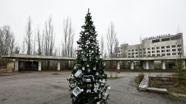 Новогодняя елка, установленная на главной площади Припяти впервые с 1985 года